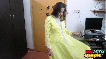 indian stunning sonia bhabhi getting off